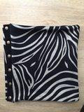 detailfoto van de colsjaal zebra blauw van leuk voor uit & thuis