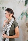 sfeerfoto van de zwart/zand gestreepte sjaal van Zusss