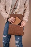 sfeerfoto van de leuke bruine schoudertas met flap S